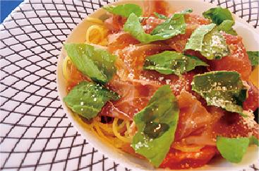 生ハムとバジルのトマトソーススパゲティ
